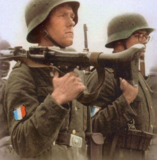 GLI ULTIMI TRECENTO.  Storia della 33 Waffen-Grenadier Division SS Charlemagne